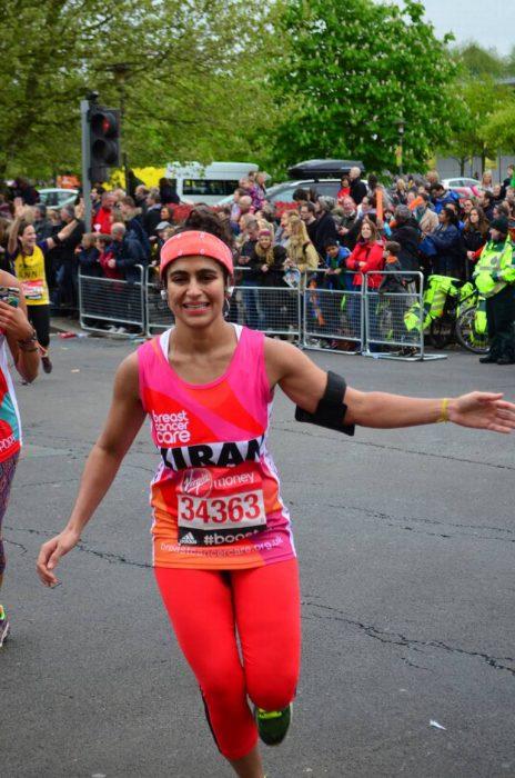 Mujer corriendo un maratón en londres