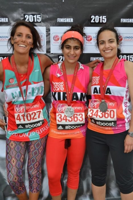 Mujer posando abrazada junto a otras corredoras durante un maratón en londres