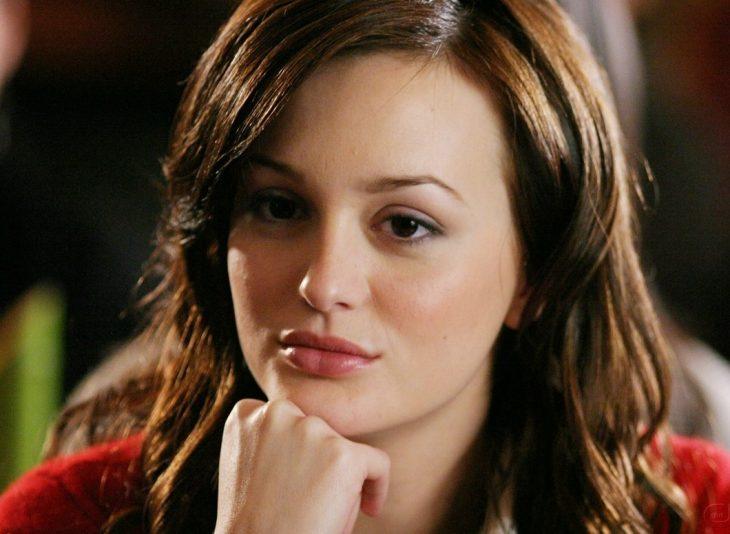 Blair de la serie gossip girls con cara pensativa