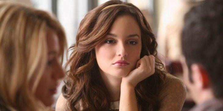 Escena de la serie Gossip girls blair conversando con serena en una cafetería