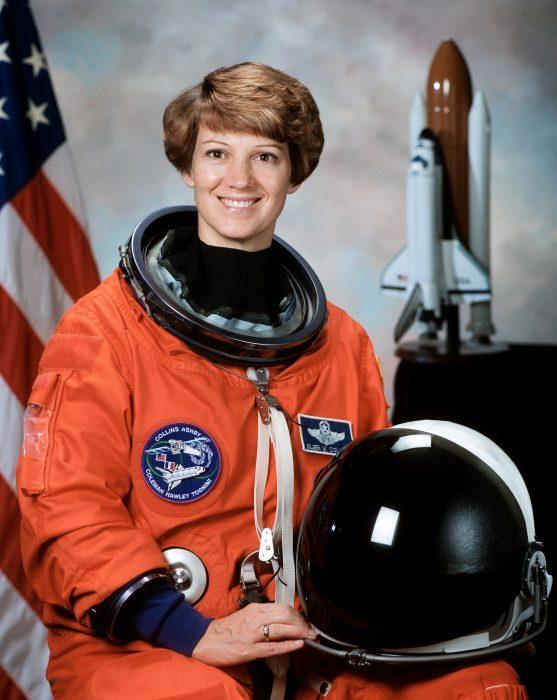 Comandante Eileen Collins primera mujer a cargo de una misión espacial