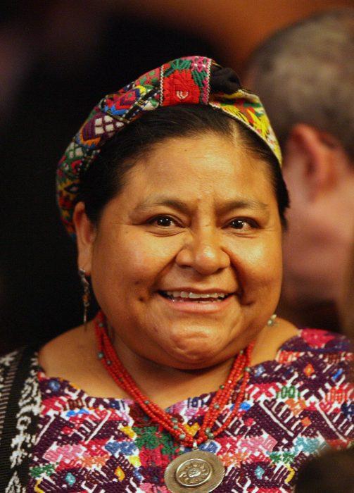 Rigoberta Menchu ganadora del premio nobel usando un traje típico de Guatemala