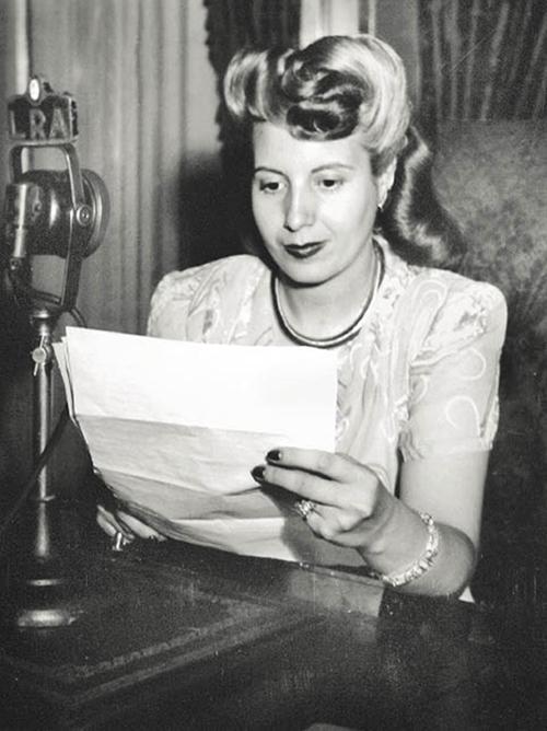 Eva perón leyendo un discurso para leer en la radio