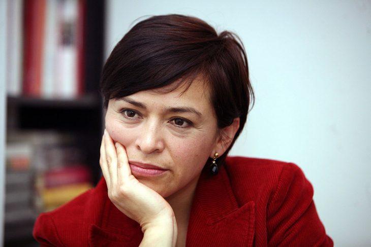 Escritora mexicana anabel hernandez usando un saco rojo para una conferencia de prensa