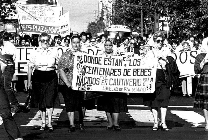 Asociación de las abuelas de la plaza de mayo marchando para exigir justicia