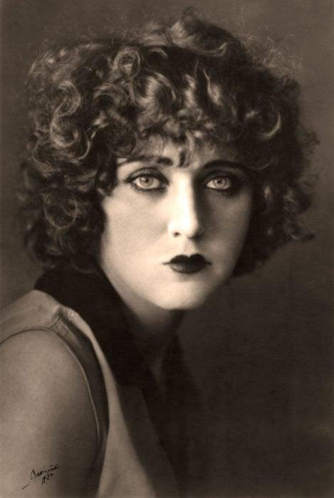 Carmen mondragon luciendo el cabello chino y sus imponentes ojos verdes