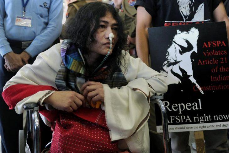 Activista que hace huelga de hambre Irom Sharmila sentada en una silla conectada a un respirador artificial
