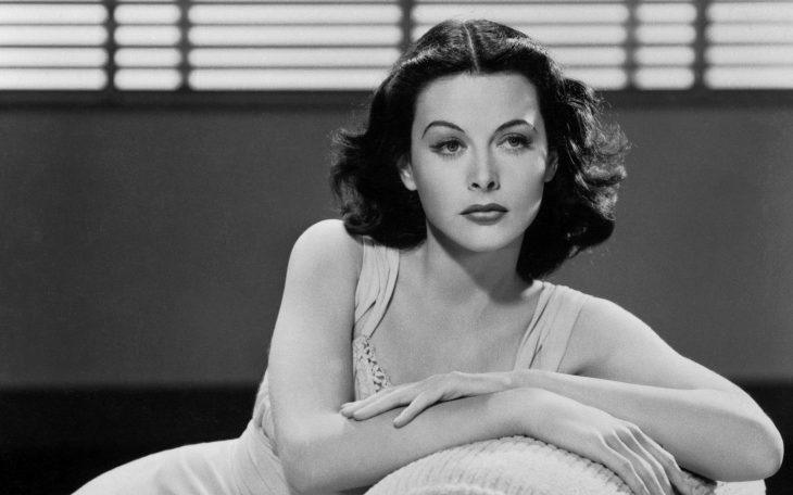 Hedy Lamarr mujer actriz e ingeniera sentada en un sofá descansando