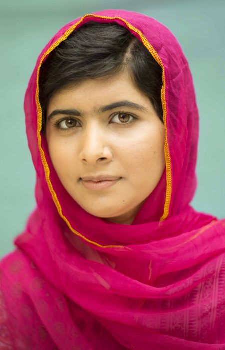 Malala Yousafzai usando una burska de color rosa