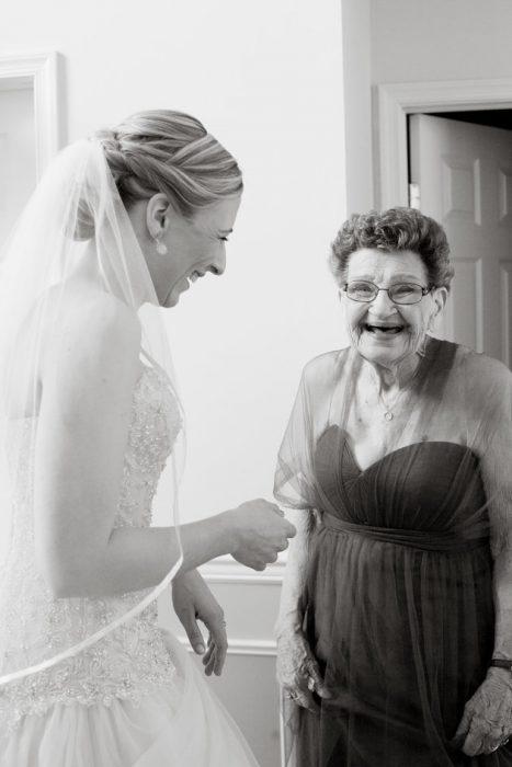 Abuela como dama de honor el día de la boda de su nieta