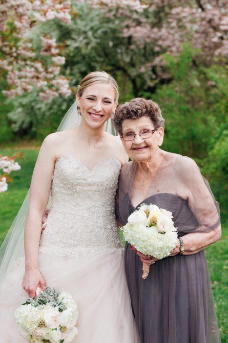 Abuela junto a su nieta como dama de honor el día de su boda