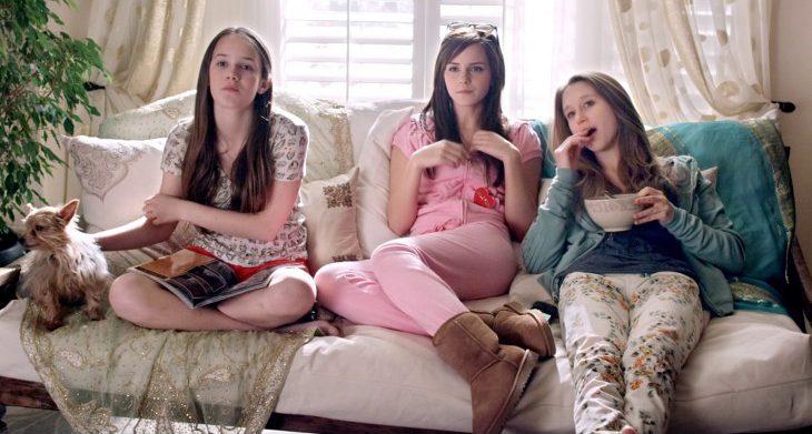 Escena de la película ladrones de la fama chicas en un sofá comiendo
