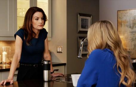 Hanna de pretty little liars conversando con su mamá