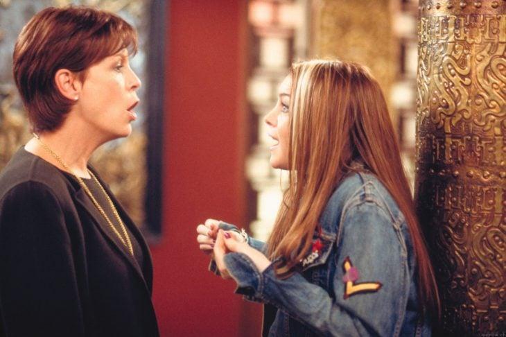 Escena de la película un viernes de locos madre regañando a su hija