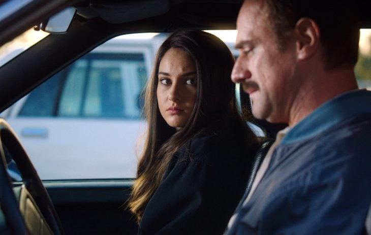 Shailine woods sentada en el carro con su padre hablando