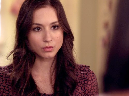 spencer de la serie pretty little liars con cara de enojada