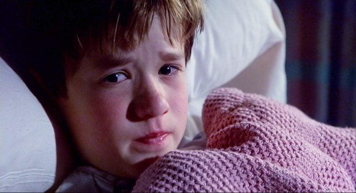 Escena de la película el sexto sentido niño recostado en la cama