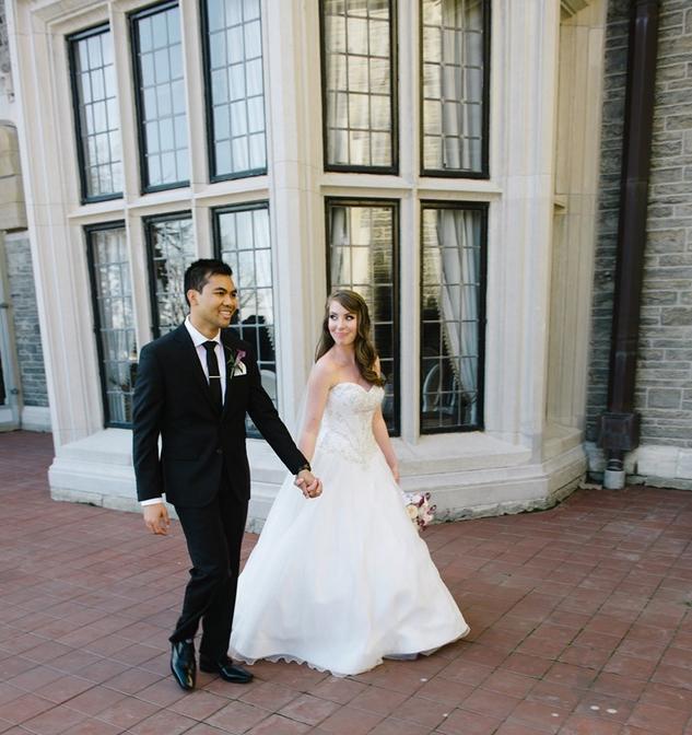 Solomon y su novia carter caminando después de su boda