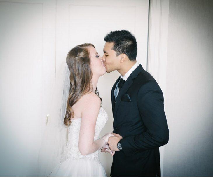 Solomon y su novia carter dándose un beso el día de su boda