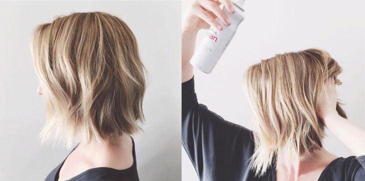 Chica de cabello corto haciendo su cabello con textura de olas
