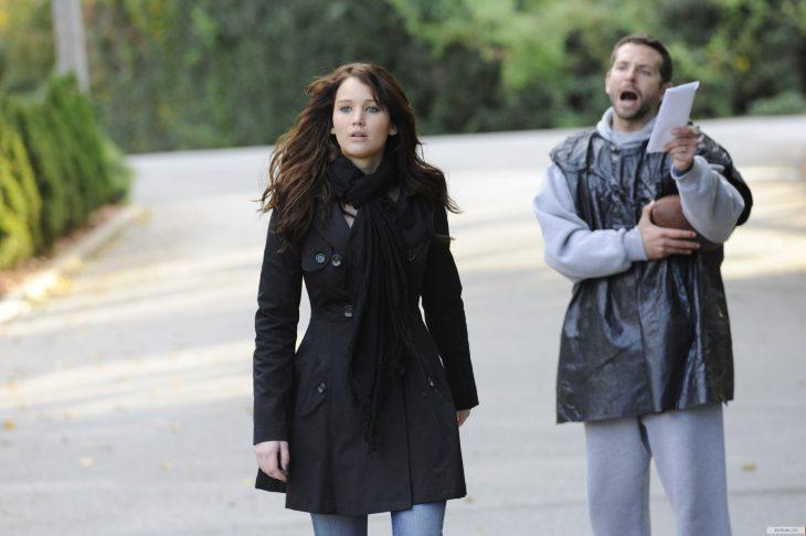 Escena de la película el lado bueno de las cosas mujer caminando lejos de su marido