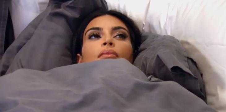 Kim kardashian recostada en una cama enferma