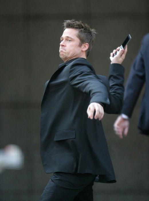 Brad pitt intentando aventar su celular