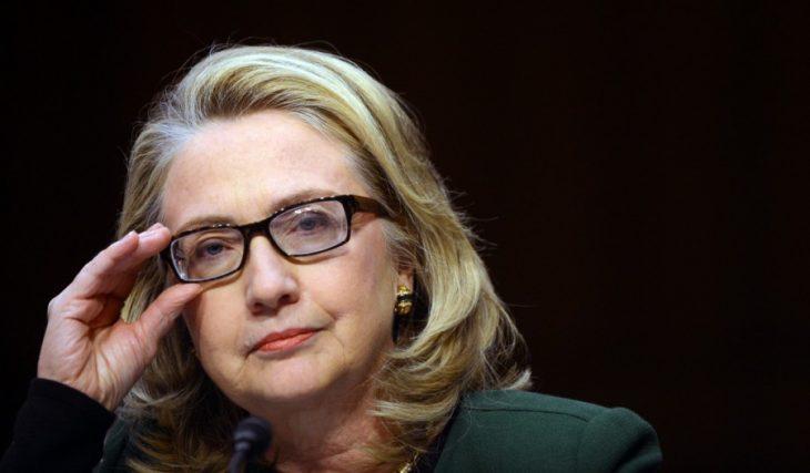 Hilary clinton acomodándose los lentes