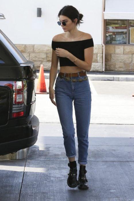 Kendall jenner caminando por la calle antes de subirse a una camioneta