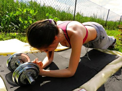 Chica haciendo pesas en un gimnasio