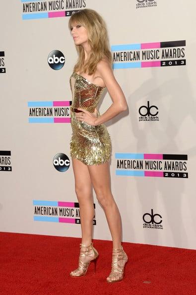 Taylor swift en una fiesta posando para una fotografía