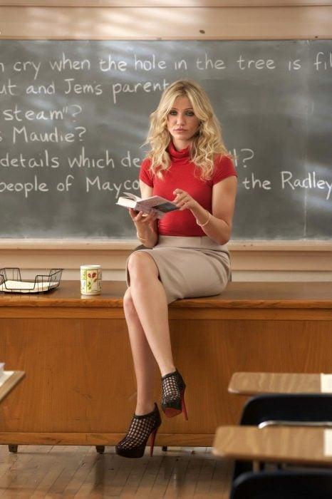 Escena de la película malas enseñanzas, cameron Diaz sentada sobre un escritorio