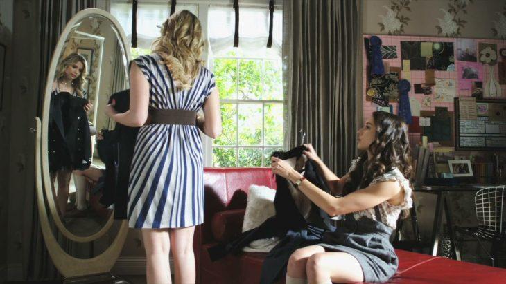 Escena de la serie pretty litte liars chicas midiéndose ropa frente a un espejo