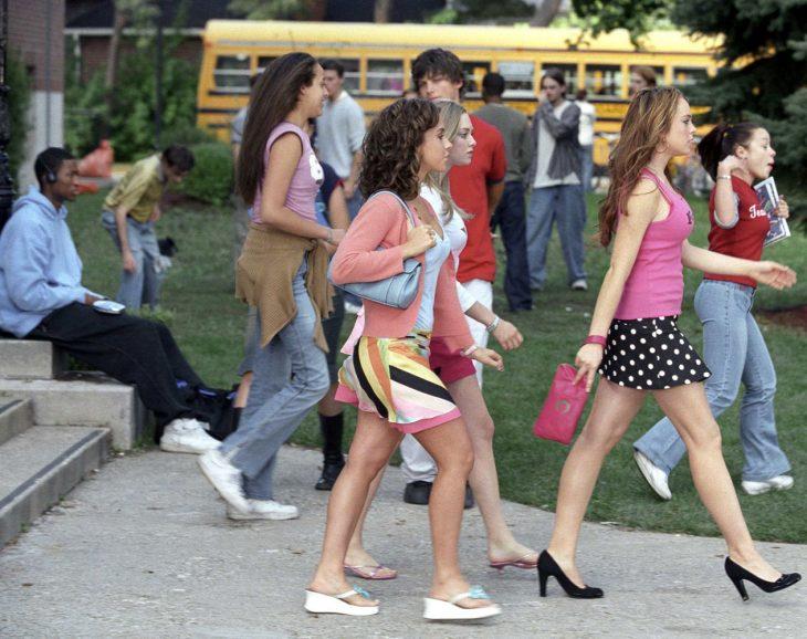 Escena de la película chicas pesadas, chicas siguiendo por el pasillo a cady