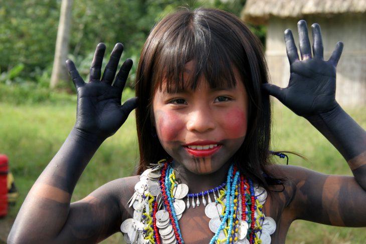 Chica de una tribu de la selva de panamá
