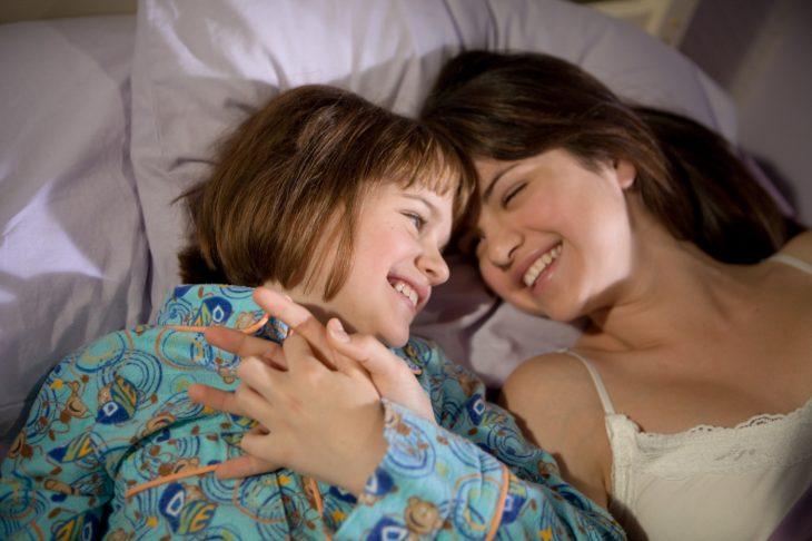 Escena de la película ramona and bezzus chicas recostadas en la cama sonriendo