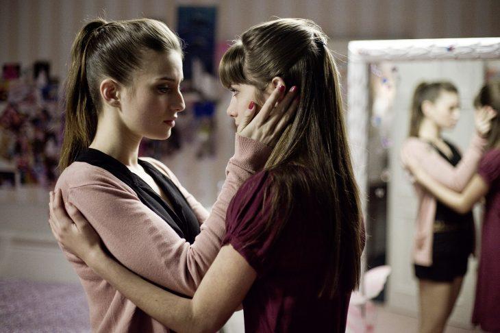 Escena de la película tengo ganas de ti hermanas abrazadas
