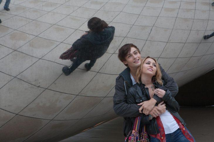Escena de la película LoL chicos abrazados mientras estan parados frente a la esfera de chicago