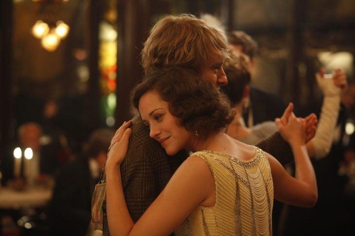 Pareja de novios abrazados mientras están bailando