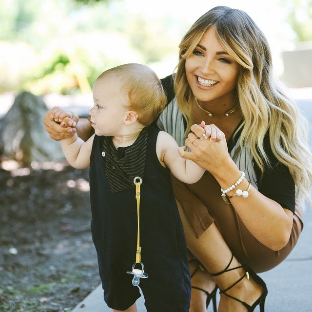 mamá enseñando a su bebé a caminar