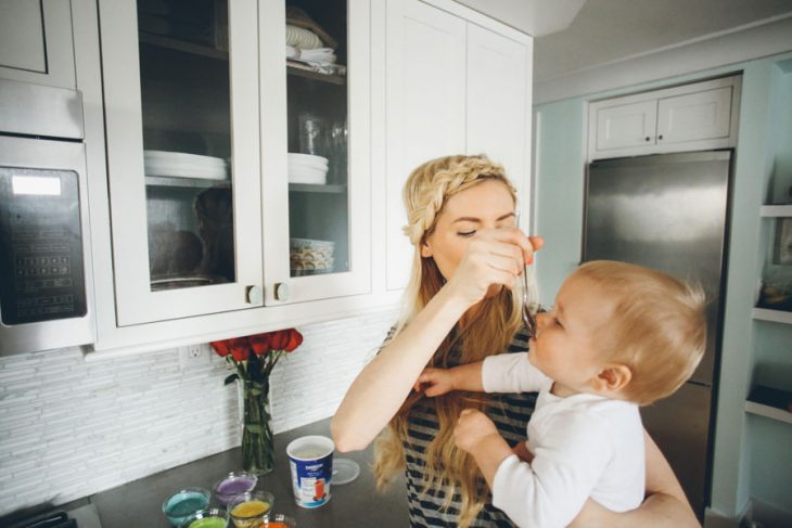 Mamá dándole de comer a su bebé