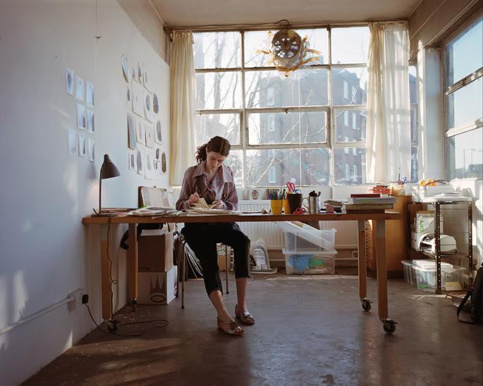 mujer trabajando sola en estudio