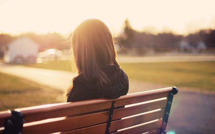 chica sentada en una banca