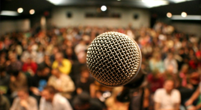 micrófono frente a multitud