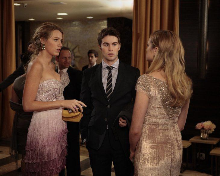 Escena de la serie gossip girls chicos conversando en medio de una fiesta