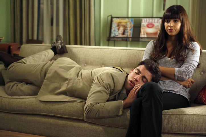 Chico dormido sobre las piernas de una chica en el sofá
