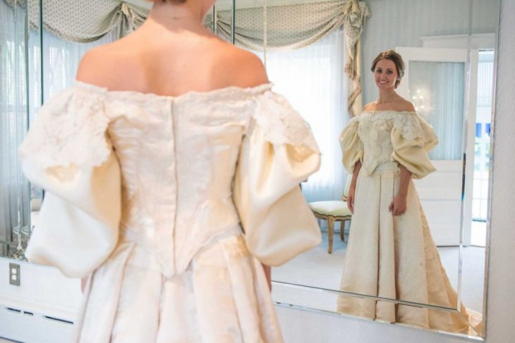 Abigail Kingston se mide vestido de novia antiguo