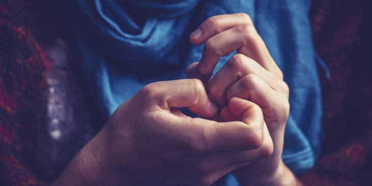 mujer tallandose las uñas