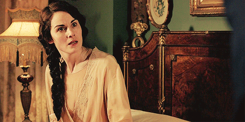 gif lady mary sentada en cama downtown abbey