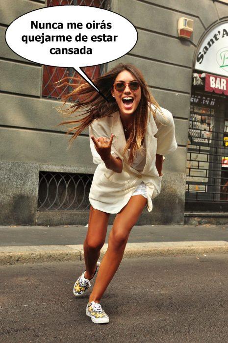 Chica parada en la acera de la calle sonriendo